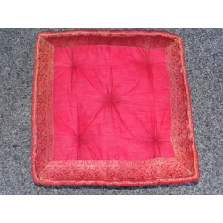 Coussin de sol bords en brocard rouge